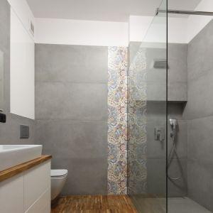 Strefę prysznica wykończono szarymi płytkami imitującymi beton. Projekt: Maciejka Peszyńska-Drews. Fot. Bartosz Jarosz