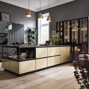 Czerń i złoto to duet, który dodaje przestrzeni kuchennej luksusowe charakteru. Fot. Alno