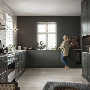 Ciemne fronty to sposób na ożywienie klasycznej zabudowy kuchennej. Fot. Ballingslov