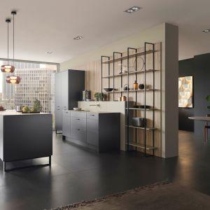 Otwarte półki nadają kuchni lekkości i optycznie ją powiększają. Fot. Leicht