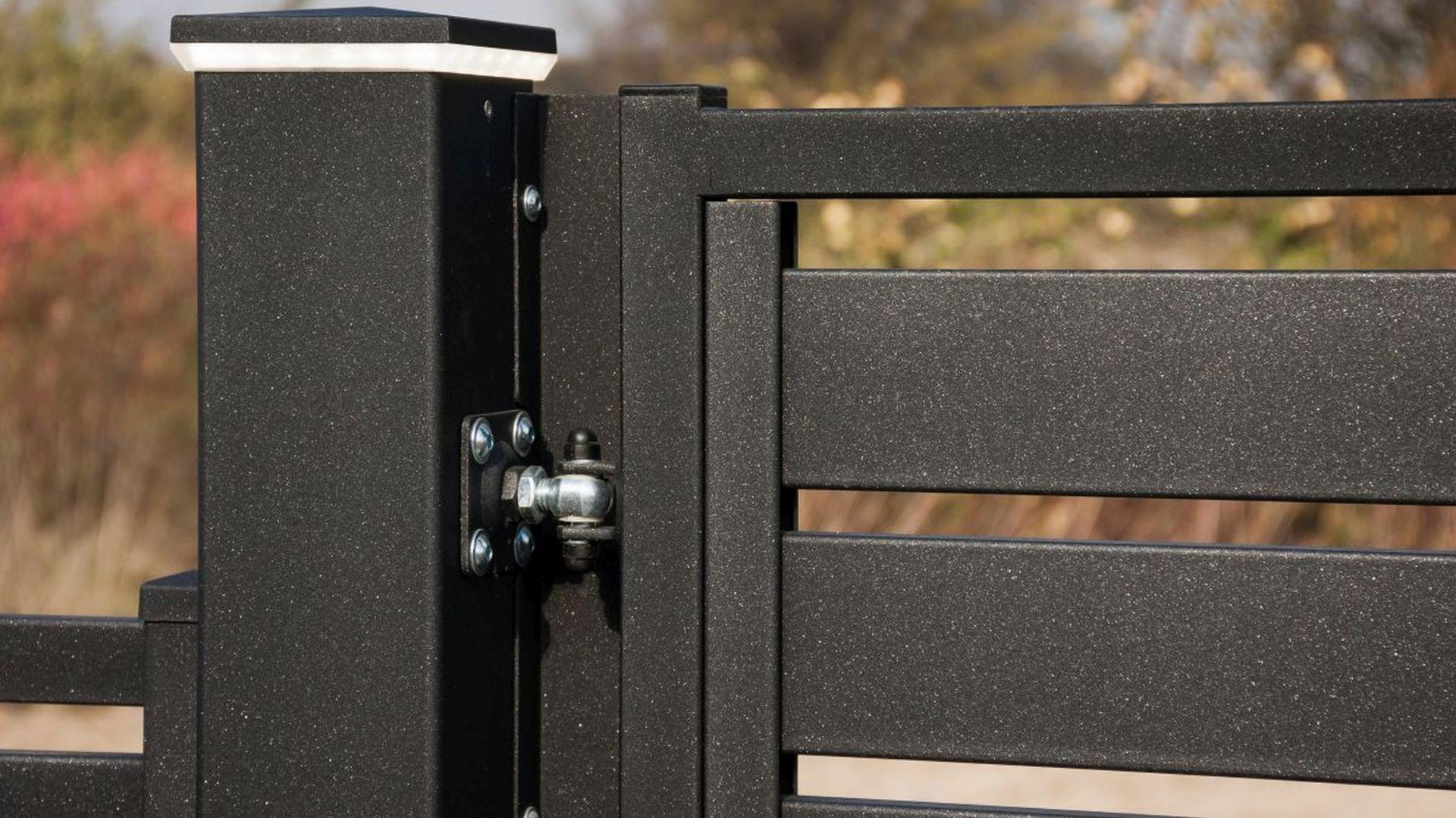 Doskonałą metodą zabezpieczenia antykorozyjnego jest system Duplex, który w podwójny sposób chroni stalowe elementy. fot. Plast-Met Systemy Ogrodzeniowe