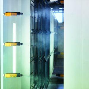 Popularną metodą zabezpieczenia siatek ogrodzeniowych jest cynkowanie ogniowe drutu. Wy-trzymała warstwa ochronna spowalnia proces korozji. Nakłada się ją przez zanurzenie drutu w płynnym cynku.fot. Plast-Met Systemy Ogrodzeniowe