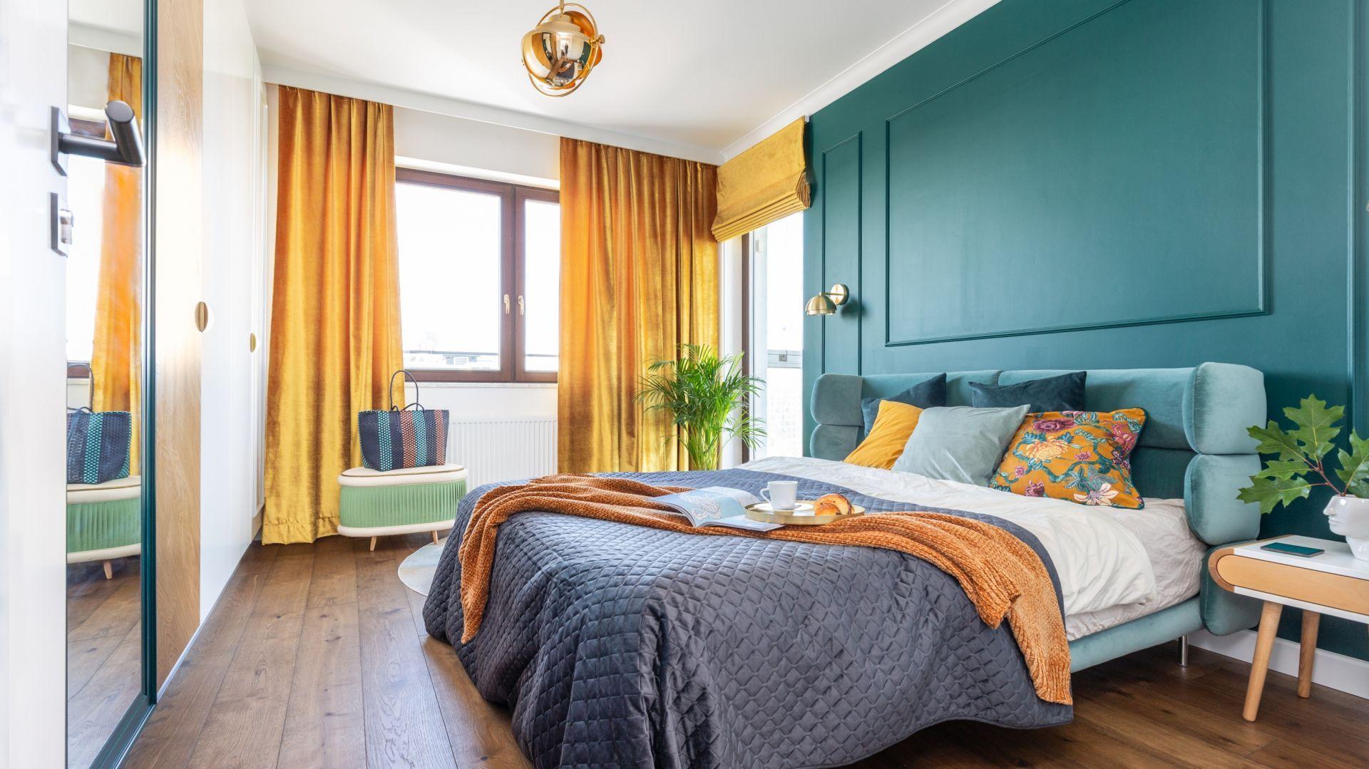 Mocnym akcentem jest w sypialni ściana za łóżkiem, które prezentuje się pięknie. Projekt: Joanna Rej. Fot. Pion Poziom
