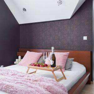 Kolor różowy w dodatkach doskonale sprawdził się w tej nowoczesnej sypialni. Projekt Katarzyna Maciejewska. Fot. Dekorialove