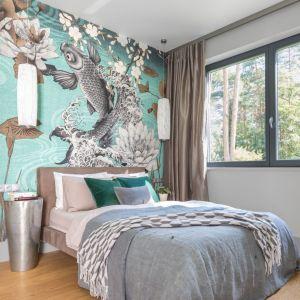 Ton całej aranżacji sypialni nadaje kolorowa tapeta zdobiąca ścianę za łóżkiem. Projekt: Gama design. współpraca Joanna Rej. Fot. Pion Poziom