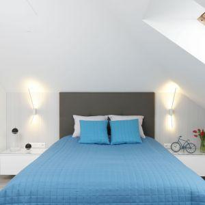 Białą sypialnię świetni ożywia narzuta i poduszki w niebieskim kolorze. Projekt: Marta Kilan. Fot. Bartosz Jarosz