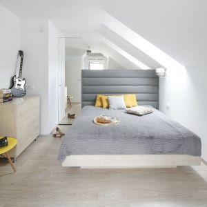 sypialnię urządzoną w bielach i szarościach pięknie ożywiają dodatki w żółtym kolorze. Projekt: Katarzyna Uszok. Fot. Bartosz Jarosz