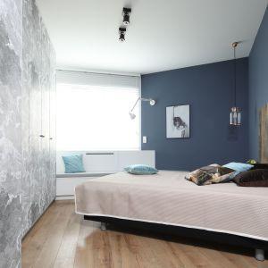 Ściany wykończone ciemnym, niebieskim kolorem nadały sypialni przytulności. Projekt: Anna Krzak. Fot. Bartosz Jarosz