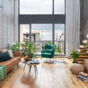 Dużym atutem mieszkania są wielkoformatowe okna. Wpuszczają one do wnętrza światło słoneczne, które idealnie wpisuje się w naturalny styl aranżacji. Projekt: Decoroom. Fot. Marta Behling, Pion Poziom