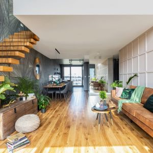 W otwartej przestrzeni dziennej ogromne wrażenie robią, wykończone naturalnym drewnem, półkowe schody bez podstopnic, prowadzące na antresolę.Projekt: Decoroom. Fot. Marta Behling, Pion Poziom