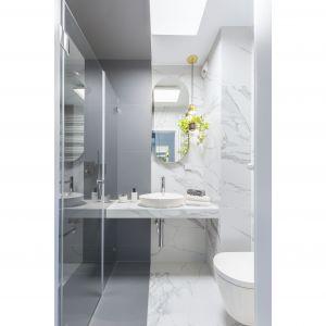 W łazience rodziców królują wielkoformatowe płytki ceramiczne imitujące marmur w kolorze białym i odcieniach szarości. Projekt: Decoroom. Fot. Marta Behling, Pion Poziom