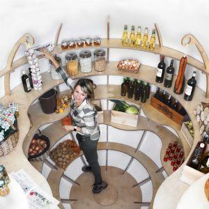 Ponad 20 metrów półek, 3 stojaki na wino – ta przestrzeń zdecydowanie umożliwi rezygnację z urządzeń generujących dodatkowy wpływ na otoczenie. Fot. The Shire Cellar