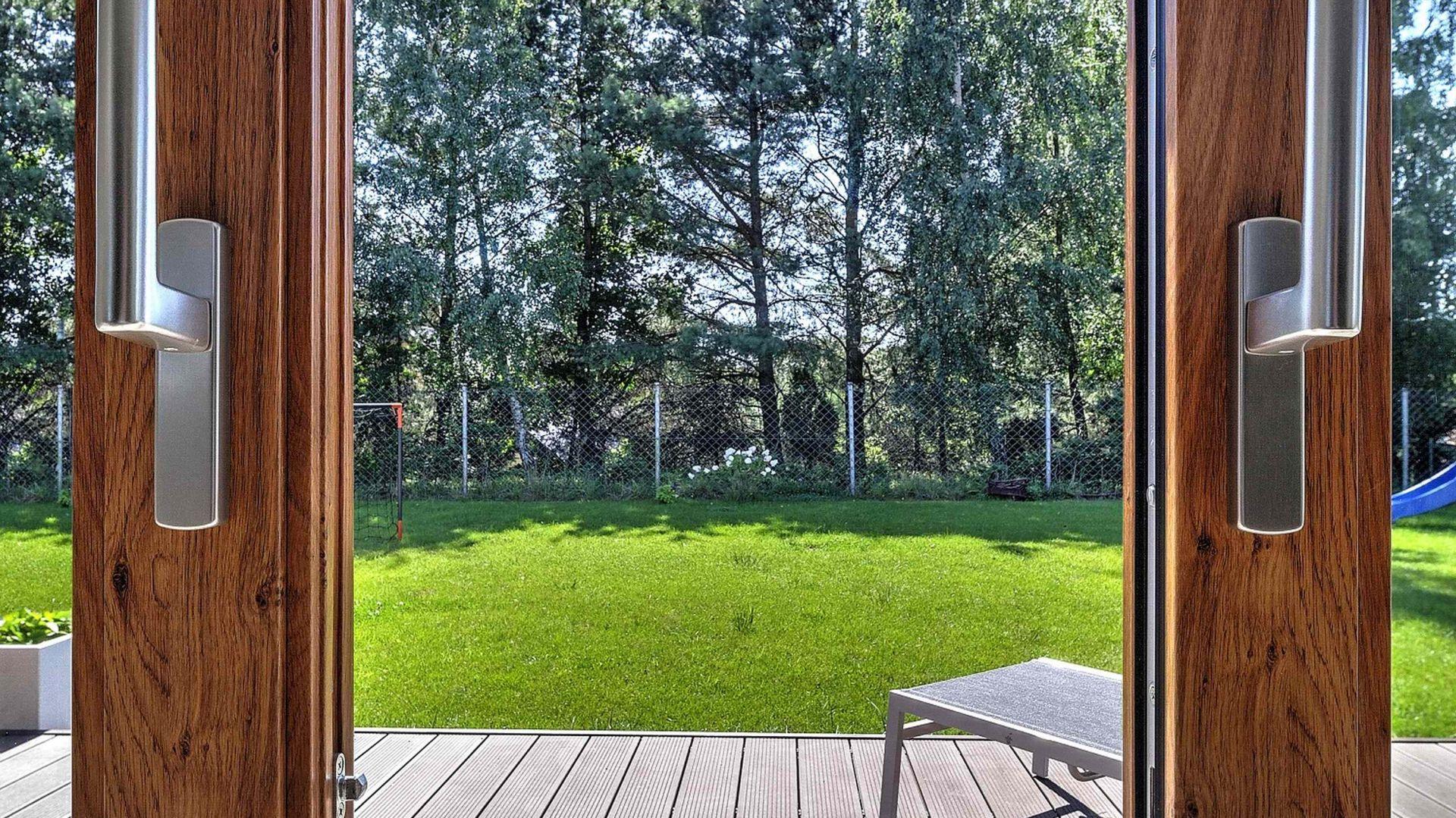 Okna Wood Look podobnie jak wszystkie propozycje MS więcej niż OKNA oferują znakomite parametry użytkowe. Produkowane są z niemieckich 6-komorowych profili SALAMANDER o szerokości 82 mm. W wersji z ramką THERMOBAR współczynnik przenikania ciepła Uw=0,71 W/m2K! Fot. MS więcej niż OKNA