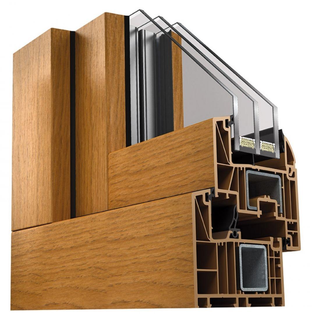 Okna Wood Look świetnie tłumią hałasy (Rw=35 dB w standardzie) i wyposażone są w pakiet komfortowych, niezawodnych okuć MACO Multi-Matic (w tym zaczepy antywłamaniowe i klamkę METZ z mechanizmem Secustik zabezpieczającym przed otwarciem okna z zewnątrz). Fot. MS więcej niż OKNA