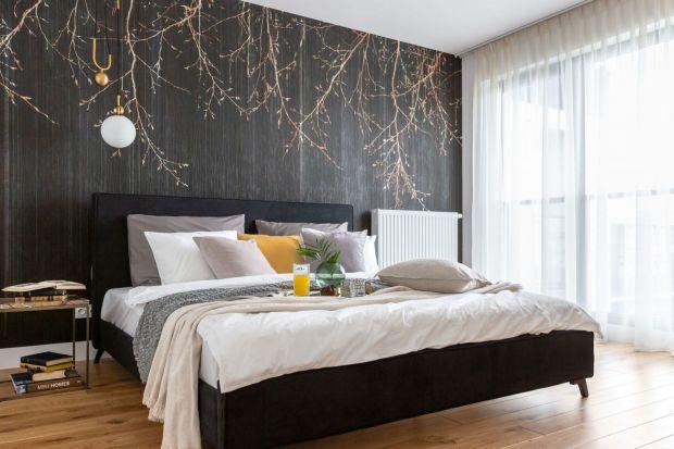 Ściany wykończone tapetą w sypialni to świetny pomysł. Będą piękną dekoracją. Jaką zatem tapetę wybrać? Jaki wzór będzie najlepszy? Jaki kolor się sprawdzi? Zobaczcie kilka fajnych pomysłów.