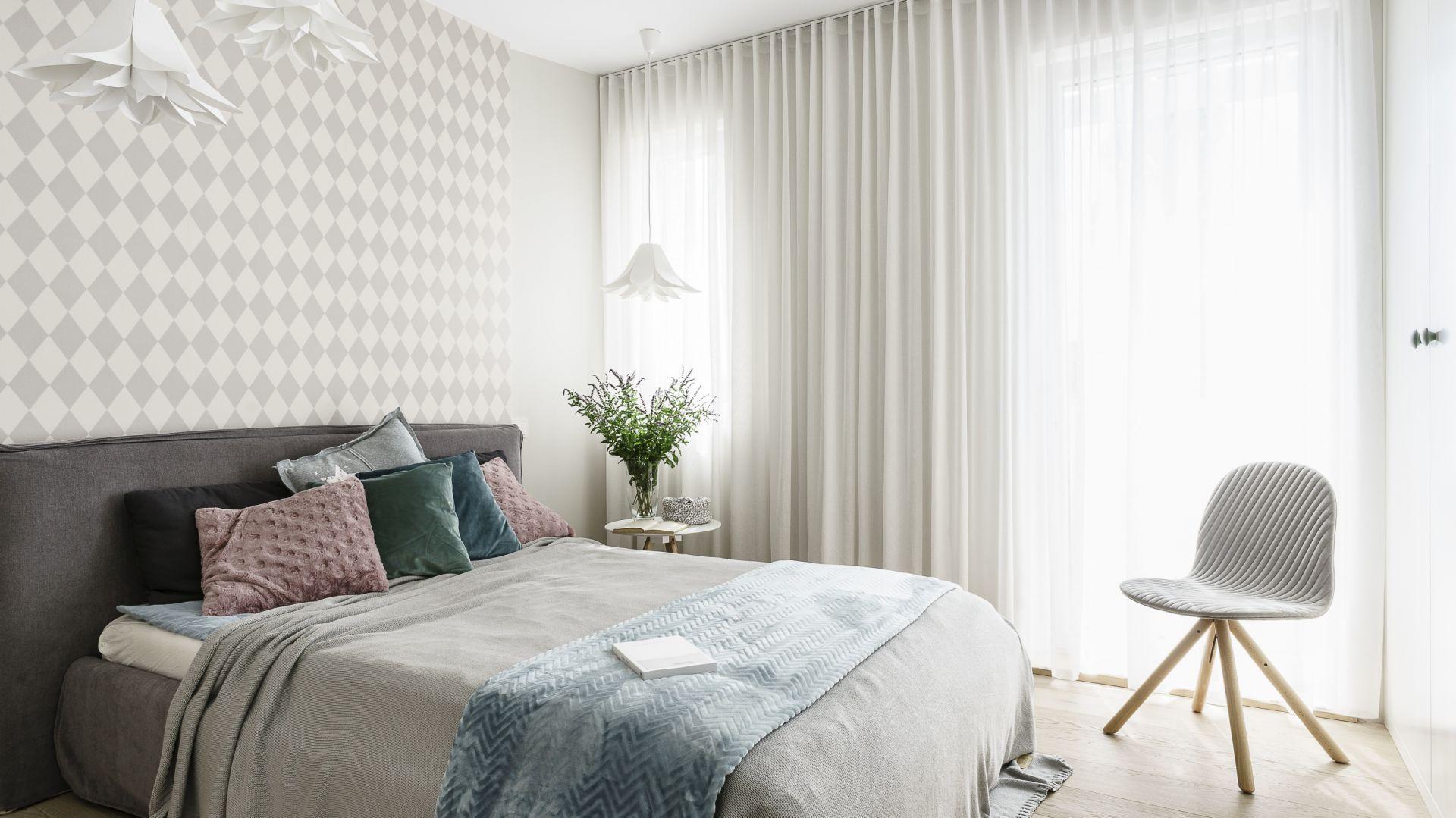 Delikatna, subtelna tapeta pięknie wpisuje się w jasną przestrzeń sypialni. Projekt: Joanna Morkowska-Saj, Saje Architekci. Fot. Fotomohito