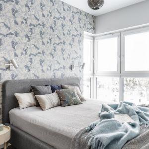 Tapeta w jasnej, szarej kolorystyce, z delikatnym wzorem stanowi subtelny element dekoracyjny w sypialni. Projekt Magdalena Bielicka, Maria Zrzelska-Pawlak. Fot. Fotomohito