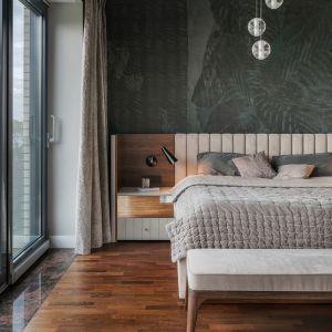 Ciemna tapeta za łóżkiem nadała sypialni przytulności i elegancji. W połączeniu z drewnem prezentuje się wyjątkowo. Projekt i zdjęcia: JT Group