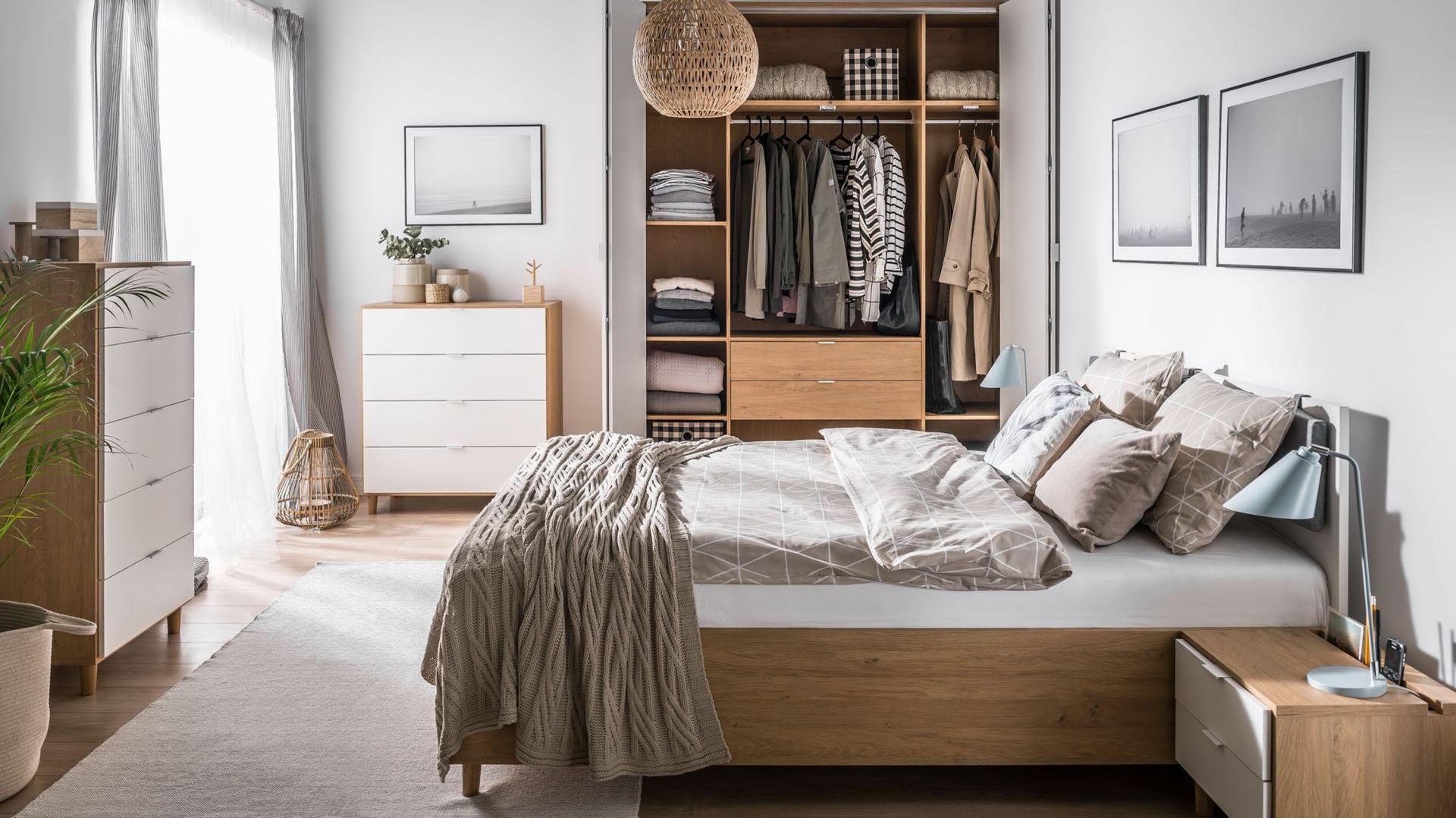 W kolekcji Simple znajdziemy szafy różnych rozmiarów - w tym duże, czterodrzwiowe. Fot. Vox