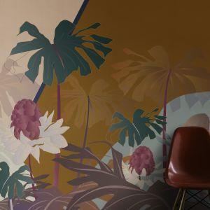 """""""Oasi"""" to zmyślne i zrównoważone połączenie figur geometrycznych i botanicznych elementów, takich jak dużych rozmiarów owoców maliny i spektakularnych palm tropikalnych, wzbogaconych jedwabnym haftem połączonym z kolorowymi paskami i wypukłymi złotymi detalami. Fot. Mood-Design"""