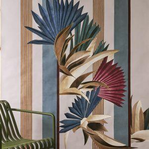 """Wzór """"Cabana"""" inspirowany jest bujną i dziką roślinnością. Ponadgabarytowa flora ukrywa się i pojawia pomiędzy pasami tła o zdecydowanych kształtach geometrycznych. Ogólny efekt to ciągły dialog między statecznym porządkiem a nieokiełzanym nieładem. """"Cabana"""" dostępna jest w dwóch wariantach kolorystycznych, na życzenie wzbogaconych złotym ręcznym haftem. Fot. Mood-Design"""