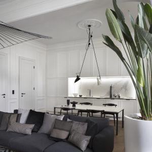 W części kuchennej również króluje black & white. Projekt Goszczdesign. Fot. Piotr Mastalerz