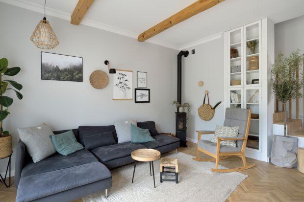 Jak wykończyć ścianę za kanapą w salonie? Wybrać farbę, a może tapetę? Zobaczcie kilka fajnych pomysłów na wykończenie ściany za kanapą w salonie.