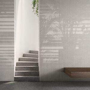 Tapeta Morning Light przedstawiająca cień żaluzji i ustawionych w oknie egzotycznych roślin doniczkowych, przywodzi natomiast na myśl stylistykę modernistycznych willi Palm Springs.