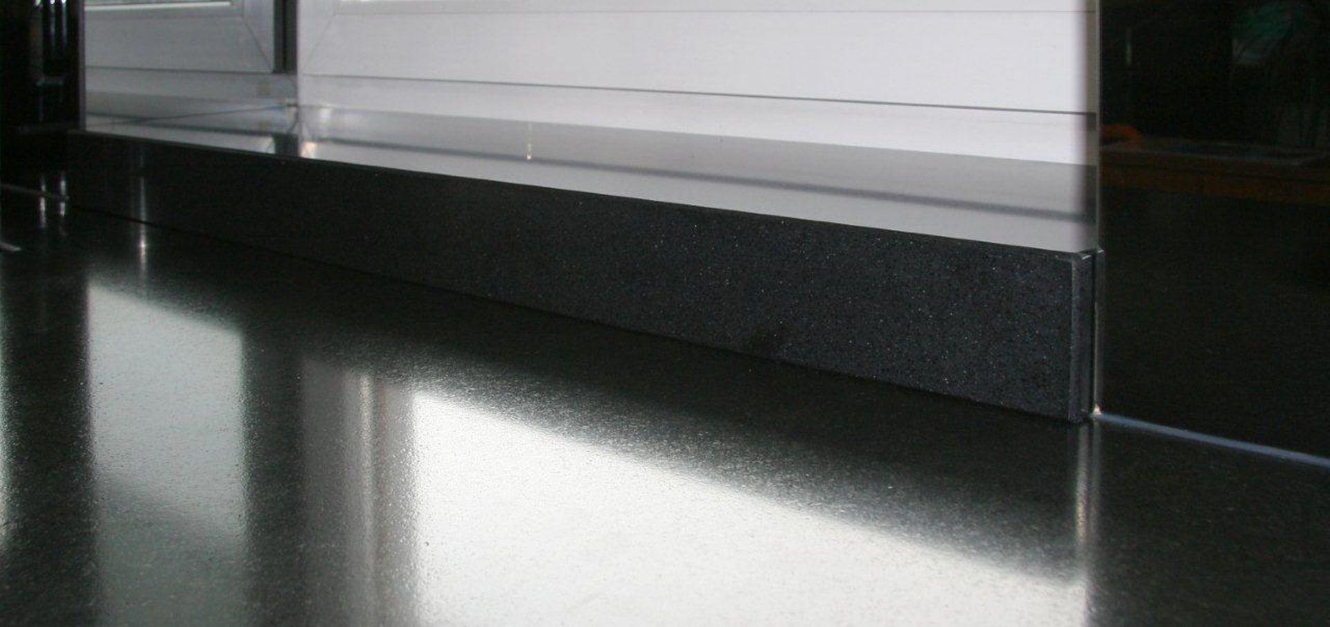 W portfolio TechniStone®, klienci mogą wybierać z pośród ponad 80 wzorów, od czystej bieli po kolory z użyleniami czy odcienie ciemnego antracytu. Fot. TechniStone
