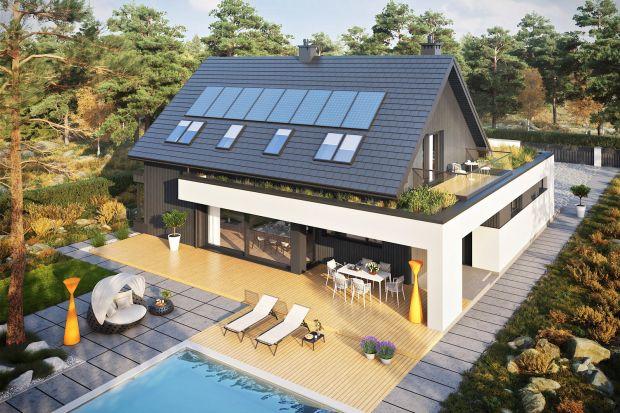 To nowoczesny i energooszczędny dom, w którym na pewno nie zabraknie naturalnego światła.Mamy tu dwaświetne tarasy i mnóstwo ciekawych rozwiązań funkcjonalnych w środku. Zobaczcie gotowy pomysł na piękny, rodzinny dom z poddaszem.