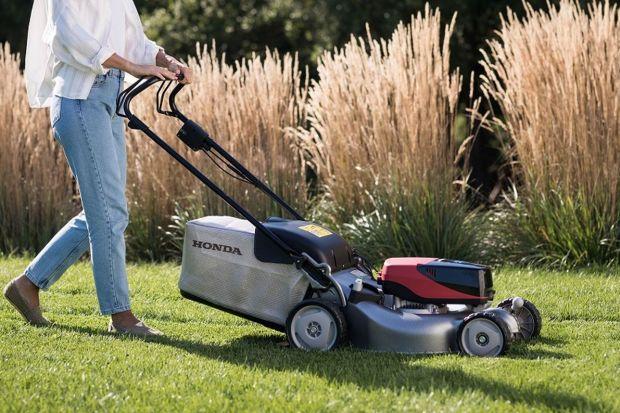 Jak przygotować trawnik i ogród na zbliżającą się jesień?Warto o tym pomyśleć już teraz.Trawnik i cały ogród, któremu poświęcimy więcej uwagi na początku jesieni, odwdzięczy się nam już tej jesieni, a efekty, które zobaczymy wiosn
