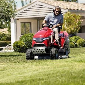 Kosiarki traktorowe, przeznaczone do pielęgnacji obszernych trawników koszą trawę z równą precyzją. Na zdjęciu: kosiarka traktorowa Honda HF2625. Fot. Honda
