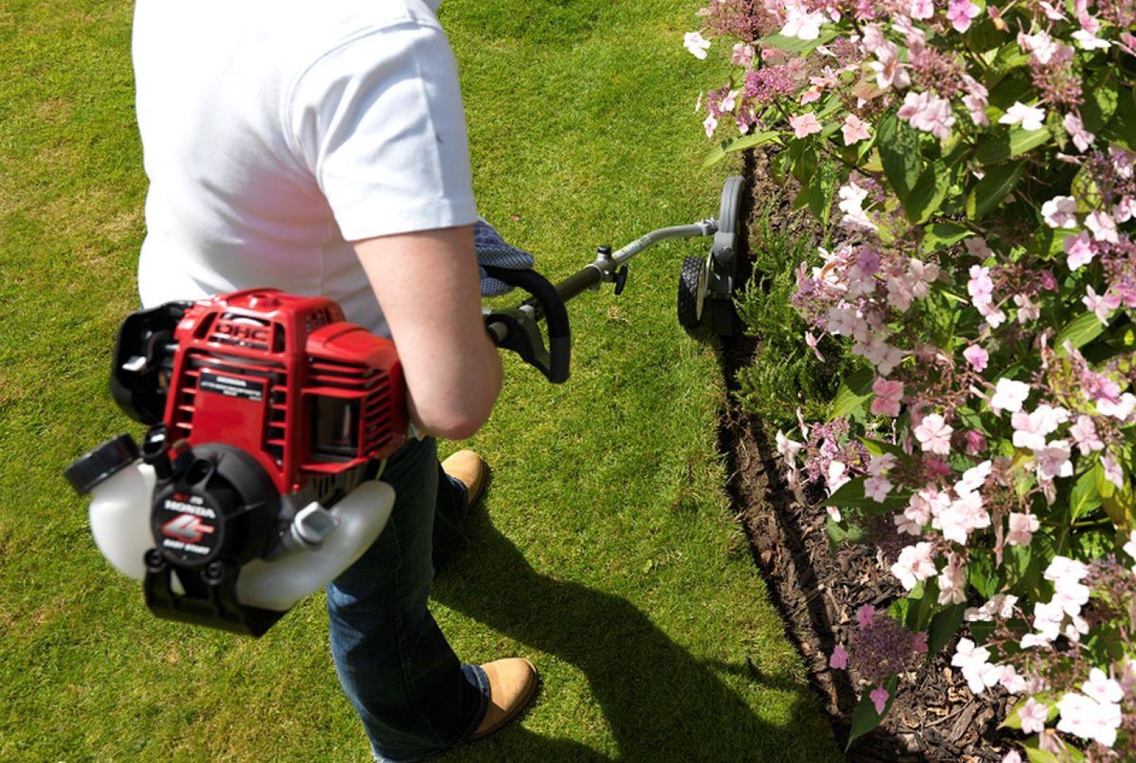 Pomocnym narzędziem do utrzymania trawnika w ryzach jest krawędziarka, np. krawędziarka SSET E z wielofunkcyjnego narzędzia Honda Versatool wyposażona w metalową listwę zapewniającą stabilne prowadzenie narzędzia po zaplanowanym torze. Fot. Honda