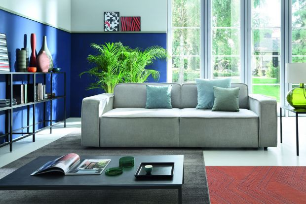 Dom i jego otoczenie powinny emanować spokojem i nastrajać do wyciszenia, dlatego we wnętrzach coraz częściej stawiamy na proste bryły mebli i charakterystyczny minimalizm w zakresie designu, połączony z pozwalającymi wyrazić swój styl dodatkam
