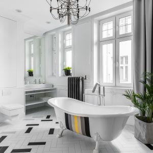 Designerska wanna to pierwszoplanowy element wyposażenia łazienki. Projekt Anna Maria Sokołowska.
