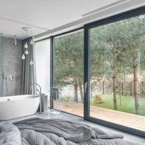 Duże przeszklenia łączą przestrzeń kąpieli z przyrodą na zewnątrz. Projekt Studio Maka. fot Tom Kurek