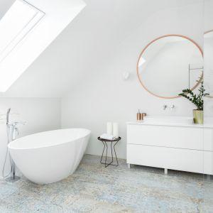 Urządzona all in white łazienka sprzyja relaksowi. Projekt Katarzyna Maciejewska. Fot. Dekorialove