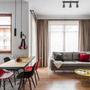 W pobliżu wielkich okien będzie idealne miejsce na duży stół z kompletem krzeseł. Projekt JT Group