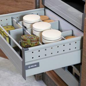 Comfort Box to kompletny system szuflad dostępny w dwóch kolorach (biały i srebrny), czterech wysokościach (86, 140, 164 i 204 mm) i dowolnych szerokościach. Duża ładowność do 35 kg, umożliwia przechowywanie nawet ciężkich produktów. Fot. Rejs