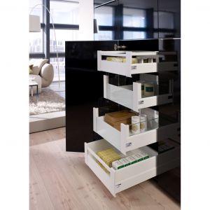 Szafka z ukrytymi szufladami wymaga odpowiednich zawiasów. Zawias Sensys ma zerowy uskok, co oznacza, że nie wymaga montażu listew dystansowych, można więc w korpus szafki wmontować szersze szuflady i zyskać więcej miejsca. Fot. Hettich