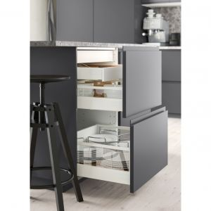 Voxtorp to matowy front szuflady, ciemnoszary, 60x20 cm, ze zintegrowanymi uchwytami. Wnosi do kuchni czyste linie i otwarty, nowoczesny wygląd. Głębokość uchwytu ułatwia otwieranie i zamykanie drzwiczek. Fot. IKEA