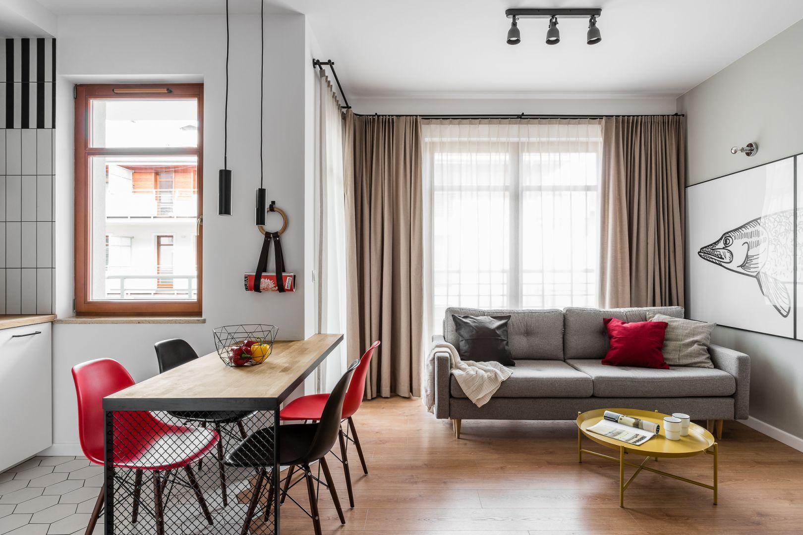 W małym salonie sofa na lekkich nóżkach optycznie powiększa przestrzeń. Projekt JT Group