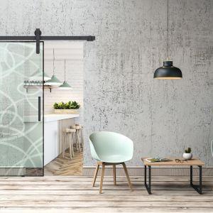 System Thor Glass to szklane drzwi przesuwne, pojedyncze. Wózki są masywne, ze zwiększoną średnicą kółek. Fot. Mantion Polska