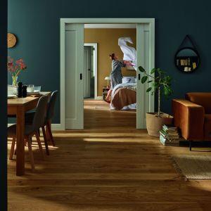 Zdobienia drzwi Fresto nawiązujące do prostych frezów to ukłon w stronę klasycznej stolarki drzwiowej. Dostępne w bogatej gamie kolorów. Skrzydło wykonane w konstrukcji ramiakowej Stile. Fot. Vox