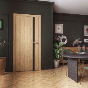 Wyjątkowa linia Espina zdobi stylowe wnętrza. Drzwi zbudowane są z ramiaka drewnianego obłożonego dwiema gładkimi płytami HDF pokrytymi naturalnymi okleinami. Fot. Pol-Skone
