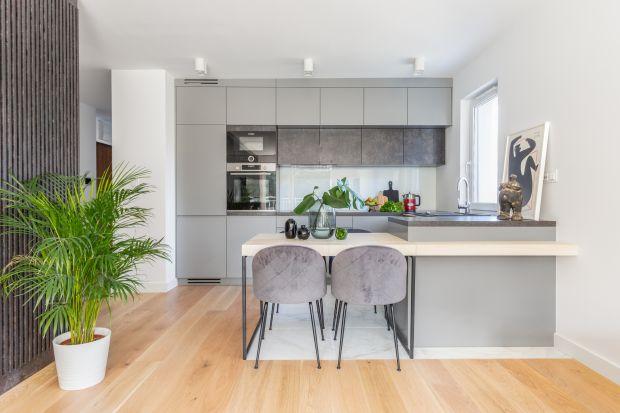Kuchnia to bardzo ważne miejsce w każdym domu, niektórzy spędzają w niej nawet więcej czasu niż w salonie. Intensywna eksploatacja pomieszczenia wpływa jednak na jego wygląd. Na szczęście zmiana aranżacji wnętrza wcale nie musi wiązać się