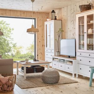 Szafka pod telewizor z kolekcji Hemnes dostępna w ofercie IKEA. Cena: 699 zł. Fot. IKEA