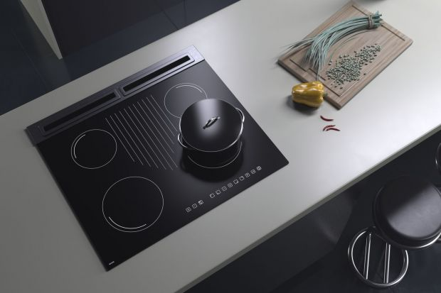 Czerń z dumą wkroczyła do świata designu i naszych mieszkań. Coraz częściej decydujemy się nie tylko na sprzęt AGD w kolorze czarnym, ale także na ciemne dodatki, ściany czy meble.