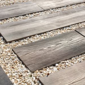 Unikatowa betonowa płyta ogrodowa Polbruk Lira o grubości 4 cm. Swoim wyglądem do złudzenia przypomina ona drewno. Fot. Polbruk