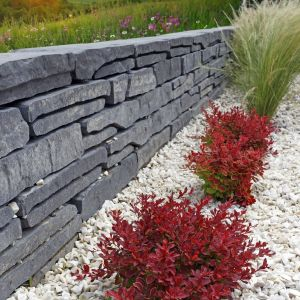 Polbruk Albero występuje w kolorze alpen i brenta. Poza  murkami oporowymi można z niego zbudować także wiele oryginalnych aranżacji ogrodowych np. donice na rośliny czy nawet elementy mebli ogrodowych. Fot. Polbruk